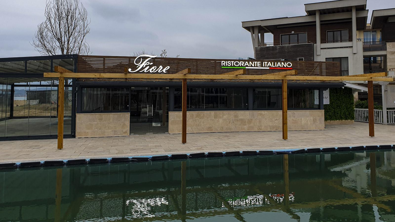 Студио за реклама Смарт Дизайн ООД, проектира, изработи и монтира светещи рекламни букви засветени с L.E.D. за ресторатн Fiore в комплекс Apolonia resort, Созопол